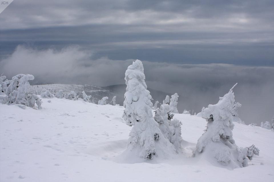Bílá mlha na hřebenech